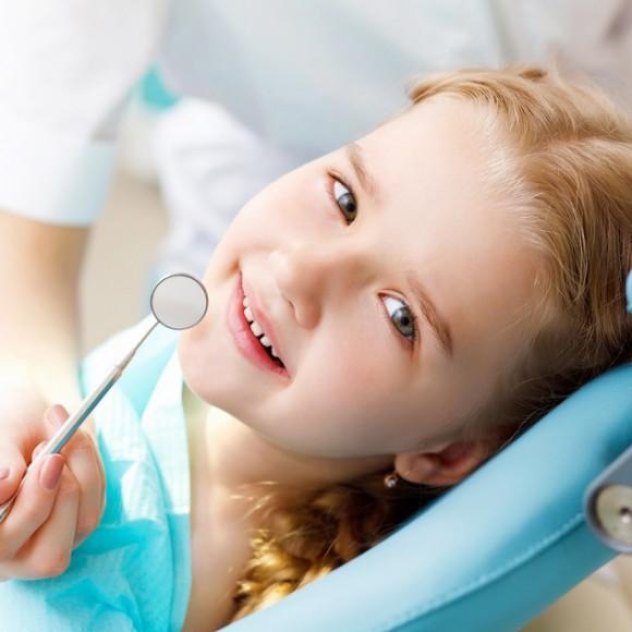 photodune-3037888-little-girl-visiting-dentist-s1-580×580